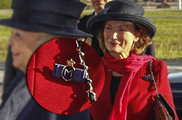 Normaal gesproken heeft alleen de regerend koning(in) een eigen hofhouding. Ze zijn herkenbaar aan een chiffre, een blauw lintje met een blauw monogram met 'WA' in goud, getooid met een kroontje. Het is hetzelfde ontwerp als dat wat in de tijd van Beatrix gold toen zij koningin was. Er blijkt echter nog een derde ontwerp … (Lees verder…)