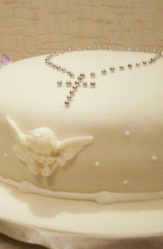 Hummmmm! Bolo de brigadeiro decorado com anjinhos, tudo bem branquinho, apenas o detalhe do terço em prata.