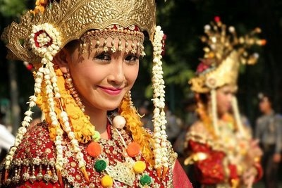 Gold is never too bold in Jakarta, Indonesia! #ridecolorfully: Traditional Indonesian, Smile Indonesian Girls, Indonesian People, Asia Culture, Beautiful People, Asian Art, Indonesian Clothing, Foreign Culture, Beautiful Indonesian