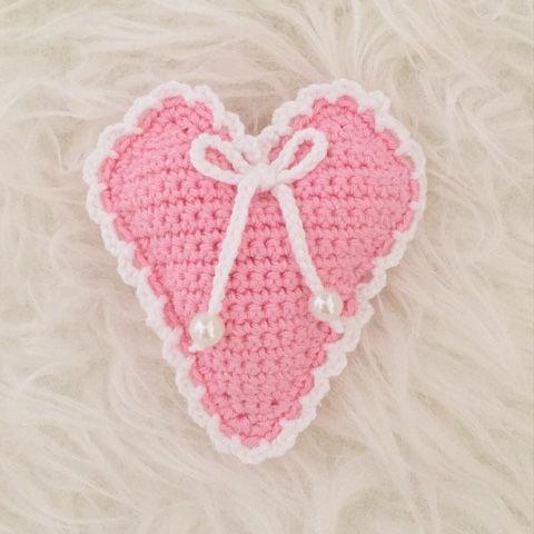 Hjärtan är så roliga och fina att virka, man kan aldrig göra för många! Jag gjorde ett rosa hjärta dekorerad med en spetskant, rosett och ...