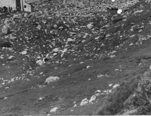 Santuari de Nostra Senyora de les Ares amb gent :: Arxiu fotogràfic-Estudi de la Masia Catalana (Centre Excursionista de Catalunya). Foto: Juli Soler Santaló