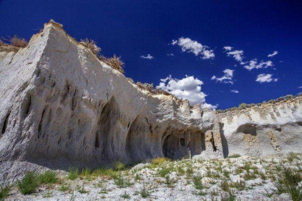 Загадочные каменные колонны озера Кроули, Калифорния, США