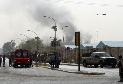 14.03.13 / Après la guerre américaine, la guerre civile / Une colonne de fumée s'élève au-dessus de Bagdad le 14 mars 2013, après un attentat à la bombe près de la zone verte - AFP