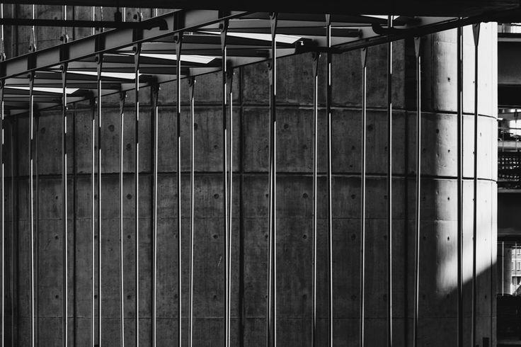 Gravity is an undispensable parameter of the design. Many different areas in the building are connected with each other through these hanged structures. Suspension rods of one of the bridges in Garanti Bank Technology Campus (Photo: Cemal Emden) --- Yerçekimi tasarımın vazgeçilmez bir unsuru . Birçok farklı alanın birbirleriyle asılı geçişler ile ilişkilendirildiği Garanti Bankası Teknoloji Kampüsü'ndeki yaya köprülerinden birinin asma çubukları (Fotoğraf: Cemal Emden)