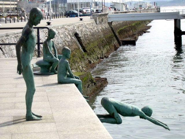 Monumentos a los raqueros de #Santander, niños que esperaban que turistas tiraran monedas al agua para recogerlas. #turismo #viajar #Cantabria http://www.reservarhotel.com/espana/hoteles-en-santander/