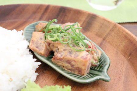 ポキとはハワイの料理で、マグロの刺身に独自のソースを和えた料理です。  スパイスが効いたピリッと辛いスパイシーポキはおつまみにも、ごはんに乗せて丼にしてもgood  !