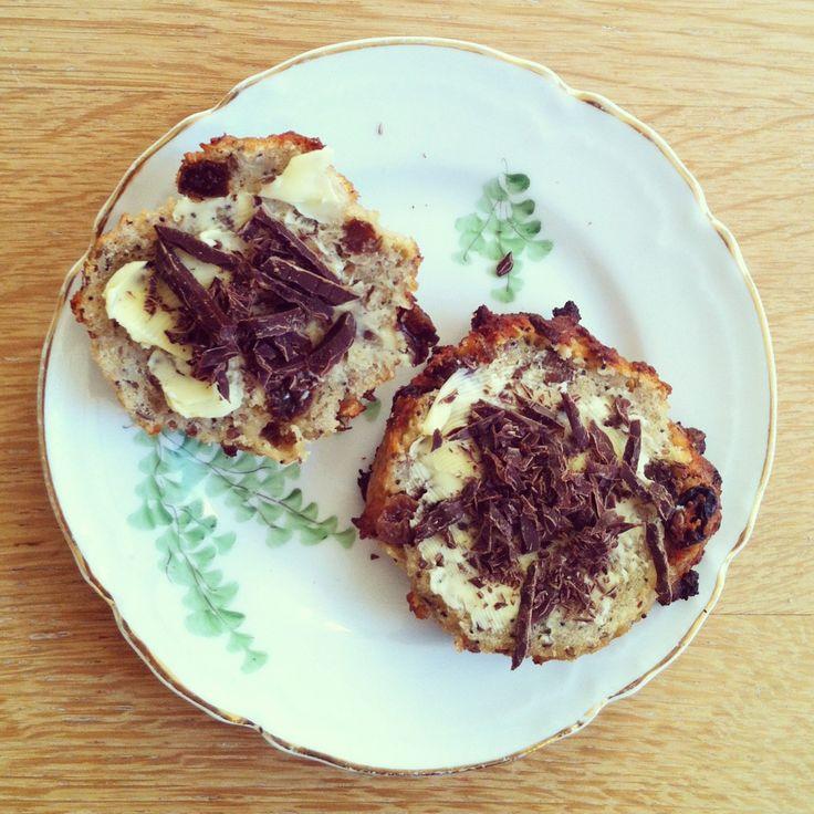 Anne au Chocolat bruger mandelmel, rosiner, hørfrø, birkes og banan i disse lækre, enestående nemme og lynhurtige boller. Perfekt som snack og til teen.
