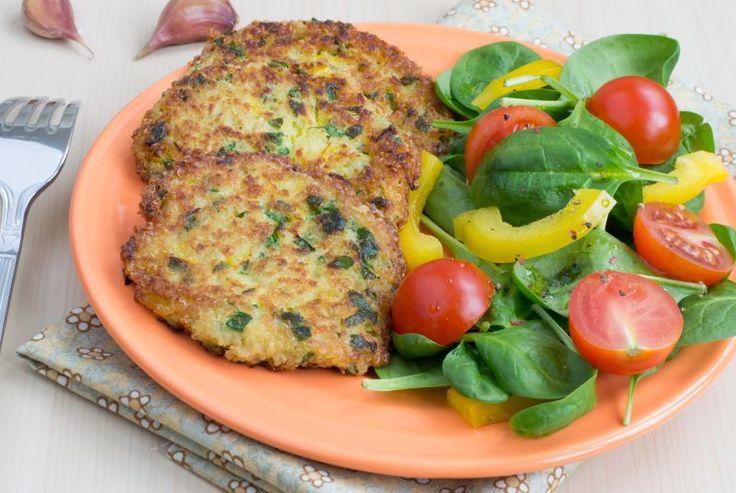 1.Fierbe cartofii în coajă în apă cu sare. Când scobitoarea intră lejer în ei, scurge cartofii, lasă-i să se răcorească puțin și curăță-i de coajă. Pasează-i ca pentru piure. 2.Toacă ceapa, leurda și pătrunjelul. Pune-le peste piureul de cartofi, adaugă margarina, pesmet (vreo 100 – 150 g), sare și piper după gust. 3.Ia cu lingura …