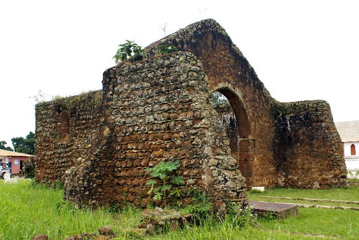 The first portuguese contact with the king of Kongo is since 1490 and took place in the capital of M'banza Kongo where was inatalled the diocese of Angola and Kongo. Actually, M'banza Kongo still contains an irnportant nurober of edifications or evidencies which belongs to the XVI Century such as: The old Cathedral Ruins, built in the same place where the first church in the south of the equator was built by the portugueses, before; The residence of the kings of the Kongo, where is now the…