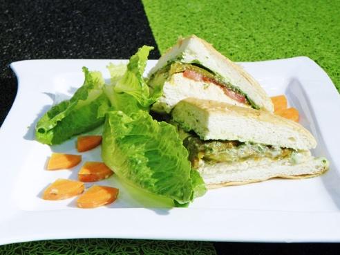 Un sándwich de pimientos asados es ideal para un almuerzo o una cena ligera.  ¡Es saludable, fácil y rico!