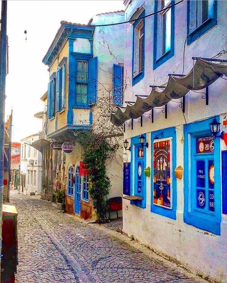 Soğuk bir Alaçatı günü, ama içimiz sıcacık. Sakin ve sessiz sokaklar en sevdiğimiz hali @melih_tinaz_alacati www.kucukoteller.com.tr/sakin-ev-alacati