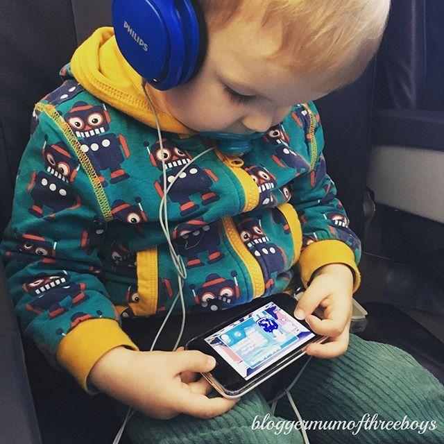 Auch der Kleine war schwer beschäftigt, er hat sich ein Cbeebies Magazin ausgesucht #cbeebies und durfte zwischendurch iPhone und Kopfhörer vom großen Bruder und App spielen. Den Flug blieb er wach und schlief 30 Sekunden nach der Landung in Amsterdam ein, inzwischen findet er Fliegen toll. Dass es nicht immer so war, könnt Ihr im Blog lesen, genauso wie meine Reisetipps für Flüge mit Kindern #reisenmitkleinkind #fliegenmitkleinkind #fliegenmitkindern #urlaubmitkind #reisetipps…