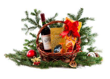 Cos cadou Craciun CMN15  Vin rosu Baron de Lirondeau 0.75l Praline Lindt Lindor 100g Savoiardi Balocco 200g Iarba decor, funda, folie ambalare Cos rachita elegant  Pret: 47 lei + TVA