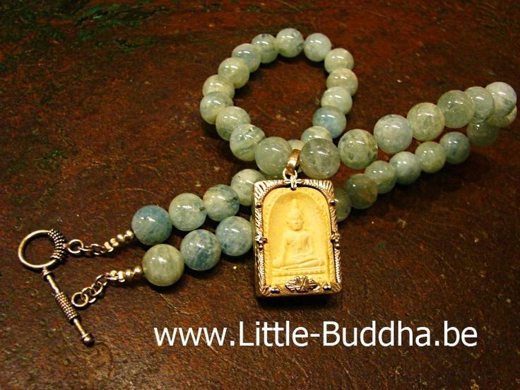 Ketting van Aquamarijn ketting met Boeddha amulet ,  een zeer oud  Boeddha amulet gezet in zilver  voor protectie en voorspoed.