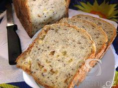 Výborný chleba z domácí pekárny s kostičkami uzeného sýru.