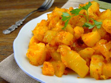 Cartofii țărănești cu boia dulce reprezintă o mâncare simplă, dar foarte gustoasă, cu specific românesc.