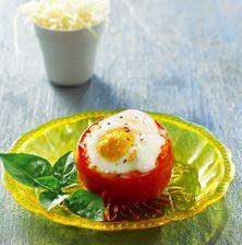 Τα αυγουλάκια σιγοβράζουν μέσα στην κατακόκκινη αγκαλιά της ντομάτας και σχηματίζουν την πιο απλή και νόστιμη γέμιση του κόσμου. Ιδανικό και εντυπωσιακό πιάτο για ένα τεμπέλικο πρωινό Κυριακής