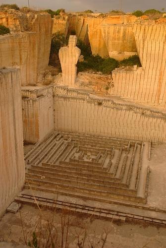 LITICA - Ciutadella de Menorca Laberint i estàtua El laberint i l'estàtua vists des d'un dels miradors que hi ha just a l'entrada (o la sortida) del recinte. Incredible setting for a maze.