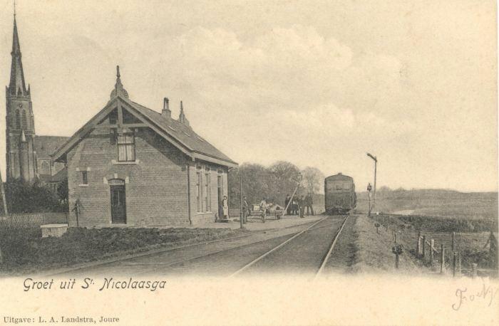 Station St.Nicolaasga, gebouwd in 1901 in neorenaissancestijl. In 1911 werd er een verdieping opgebouwd als woning voor de stationschef.
