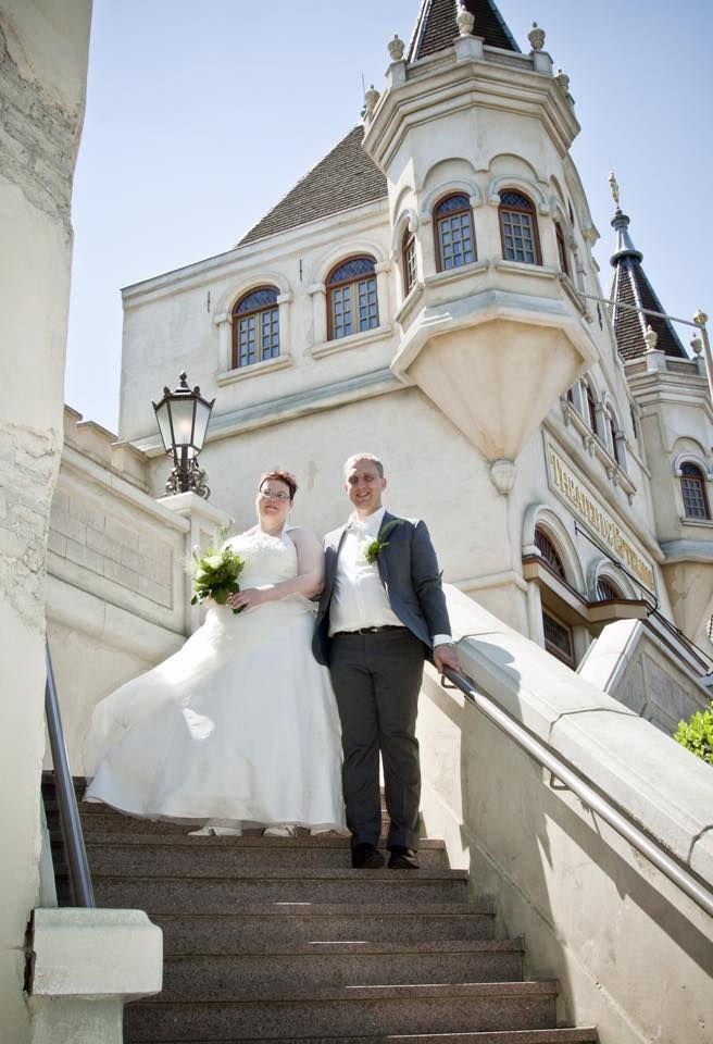 Wendy Zwart en haar man op de trappen van het Efteling Theater