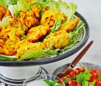 Dessa smakrika, friterade munsbitar, Bhajia, är vanligt som snacks i Indien. Mannagryn och potatis, tillsammans med vitkål och zucchini ger en härlig konsistens. Ingefära, koriander, gurkmeja och timjan ger munsbitarna sting. Smaskens!