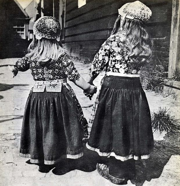 Marken, little boy (left) and girl. Photo AP, Illustration from 'Erfenis van eeuwen', by Cruys Voorbergh 1962