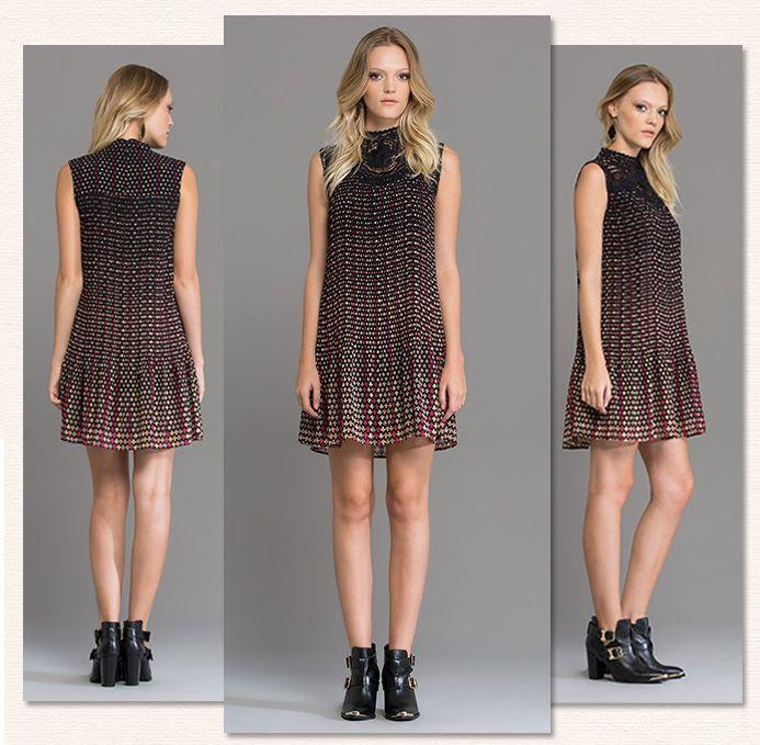 A modelagem inspirada no clássico vestido trapézio, queridinho dos anos 60, agrega um ar retrô ao Vestido Naipes. Com tecido plissado e aplicação de renda no busto! <3