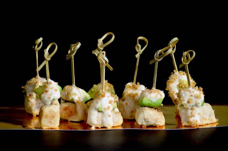 Brocheta corta de pollo, palta, lactonesa de ajo y un toque de quinoa crocante. Uno de los bocados petit de la línea salada de LIM.