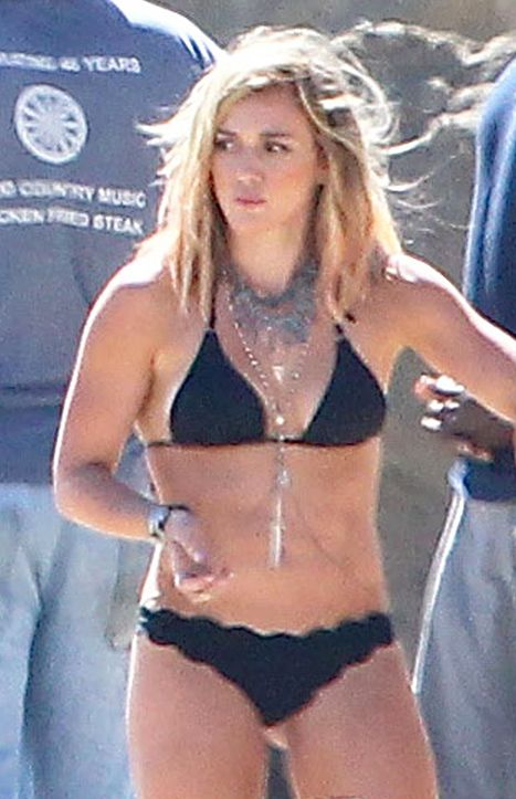 Wow! Hilary Duff Looks Sexy, Bares Cleavage in Black ...