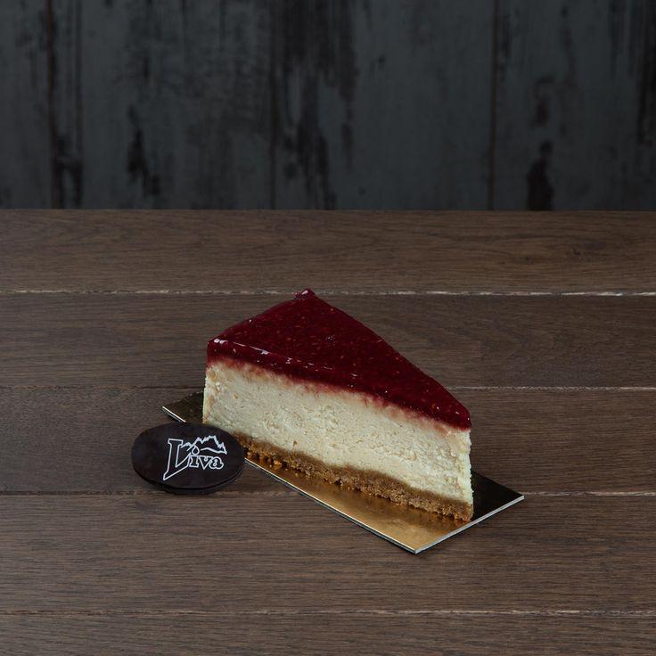 Frambuazlı cheseecake. Labne peyniri, bisküvi ve kremanın frambuaz sosu ile taçlanmasıyla oluşan bu leziz tat, benzersiz bir tatlı keyfi vadediyor.