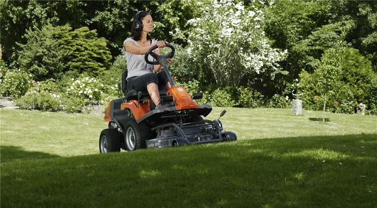 Choosing the right Rider for the job mainly depends on the type of grass you will cut and what the garden looks like. With our Combi cutting decks you have two cutting techniques to choose from. Rear ejection or BioClip®. Here are a few things that distinguish them from each other.