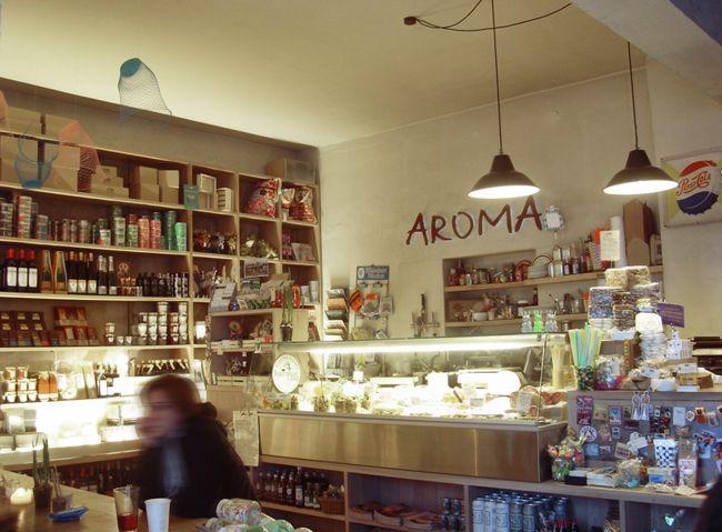Aroma kaffeebar und levensmittel is een welkome afwisseling in het aanbod lunchrooms in München. Je vindt er een grote verscheidenheid aan verse producten, om mee te nemen of om direct te nuttigen onder het genot van een koffiespecialiteit of een smoothie