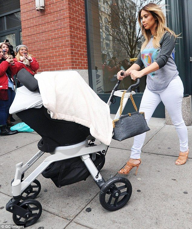 Jetsetter: Recién nacido Kim Kardashian está constantemente en movimiento, lo que hace que el sistema infantil Orbit G2 sea perfecto para ella debido a su versatilidad (foto en Nueva York el 26 de noviembre)
