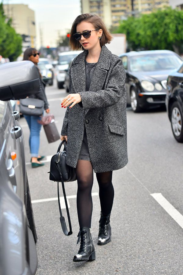 Toller Look! Lily Collins trug einen grauen Wintermantel dazu ein Jersey-Kleid und schwarze Zadig & Voltaire Boots. Als Accessoires dienten eine