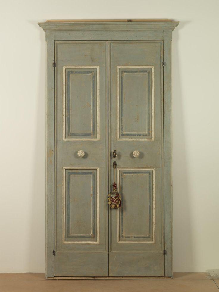 Riproduzione di una porta di zona umbra-laziale di fine '700, laccata sui giochi cromatici dell'azzurro e del bianco, realizzata in abete di patina.