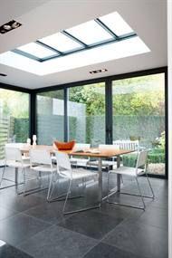 Vlakke glazen lichtkoepel in plat dak.