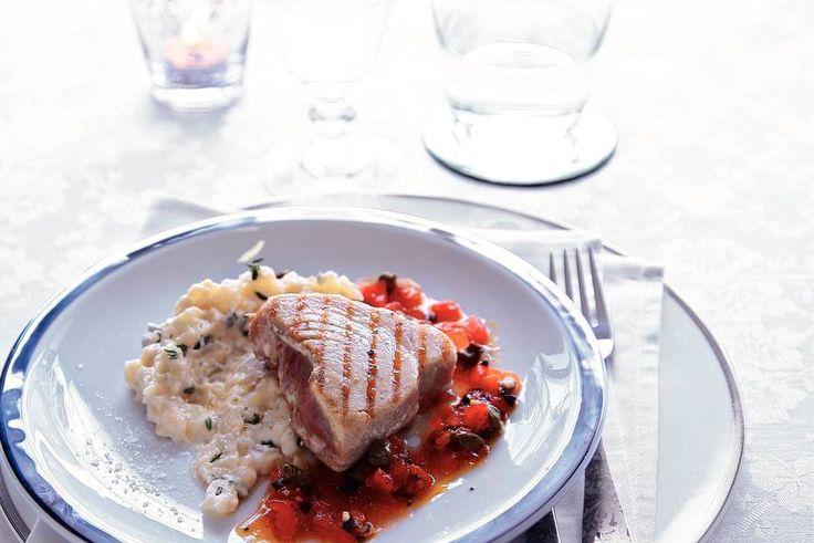 Kijk wat een lekker recept ik heb gevonden op Allerhande! Gegrilde tonijn met tomaat, olijven en kappertjes