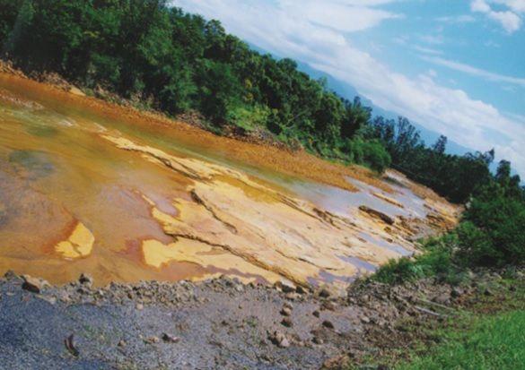 Rio Mãe Luzia poluído por resíduos da atividade mineral do carvão. Treviso (SC).
