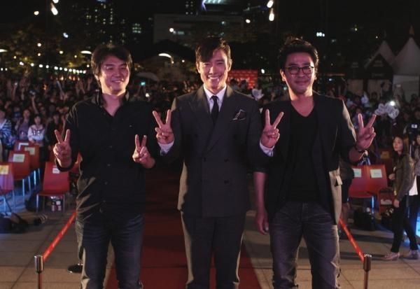 シネマトークではスーツでスマイル&ピース ---- 第17回釜山国際映画祭・トークイベントに『王になった男』イ・ビョンホン登場!  http://tackk.com/becamekingnews2          映画『王になった男』2013.2月公開            公式FACEBOOK:  http://www.facebook.com/becameking      公式twitter:  https://twitter.com/becameking
