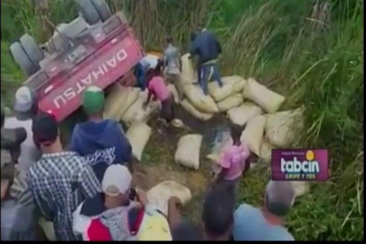 Fallece un hombre y otro resulta herido al voltearse camión cargado de sacos de arroz