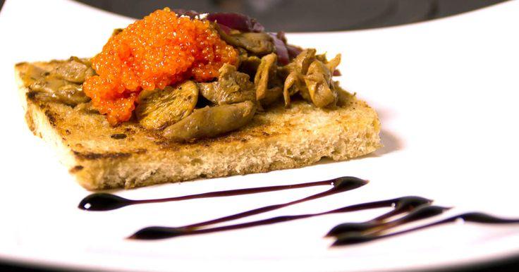 Surdegstoast med smörstekta kantareller, stenbitsrom och en marmelad på rödlök. Fantastiskt god förrätt!