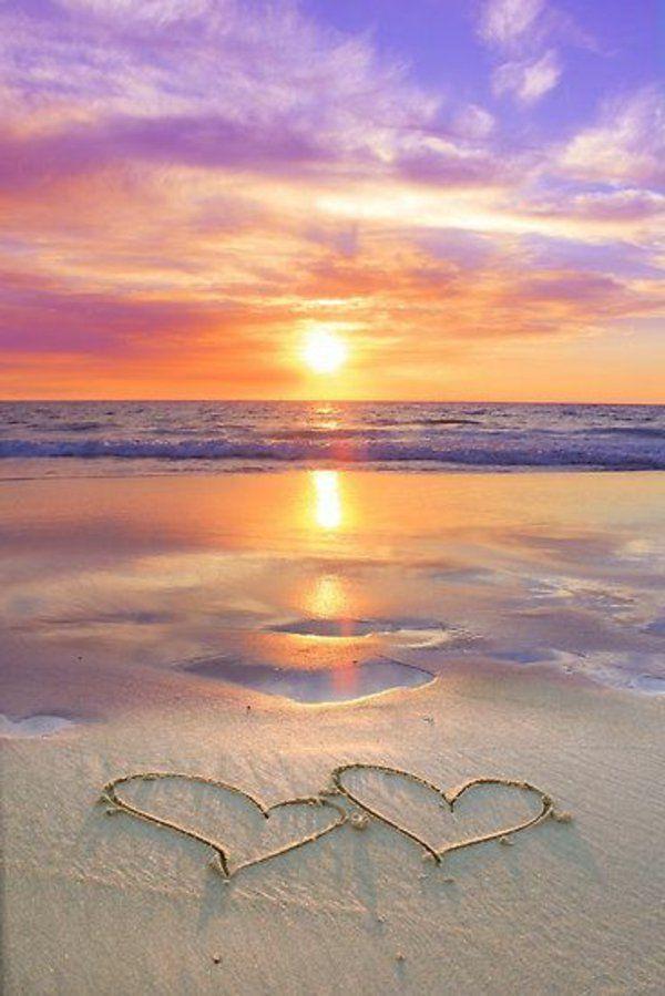 Couche de soleil sur la mer jolie