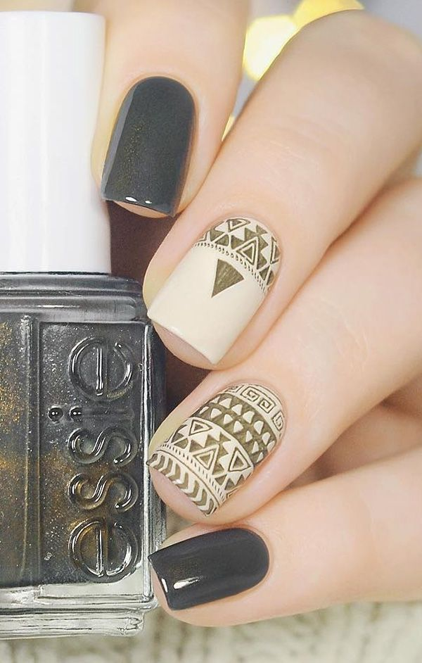 This manicure reminds me of Ancient Egypt. With the help of stickers decorate your nails such as this in the photo.