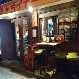 JR大阪環状線・大阪駅より徒歩7分にある、高知料理が頂ける居酒屋さん。わらで焼かれた分厚いカツオのたたきを、レモンとニンニクで頂きます。カツオのたたきも、塩たたきも最高に美味で食べごたえばっちり。高知野菜の天ぷらがのったそうめんやかき揚げ丼も人気。繁華街から少し離れた隠れ家的雰囲気のお店です。毎週日曜と祝日が定休日となります。