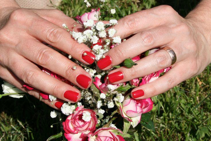 Piękna, mocna i nasycona klasyczna czerwień, czyli lakier hybrydowy Semilac w kolorze 027. Bardzo elegancki i pasujący do wszystkiego kolor.