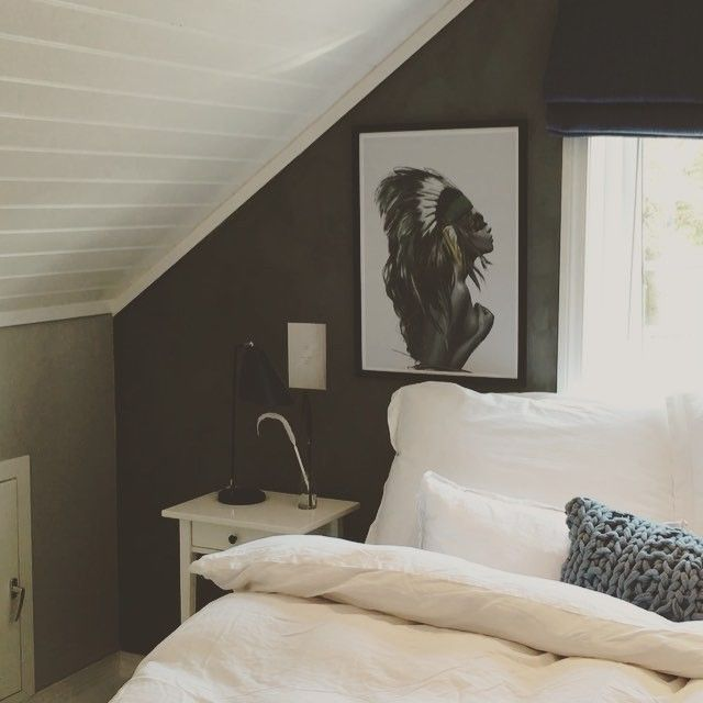 Det er veldig kjekt med så mange flotte tilbakemld og spørsmål om soverommet vi har pusset opp Så prøver meg på en liten videosnutt. Fargene på veggen er ascott fra @jotunlady og kalkmaling fra @pure_original_paint ; Elephant skin gulvet er malt med hvit gulvmaling. Indianerdamene over sengen er i fra @linnwold ▪️ posterene og posen på gulvet  @lovewarriors ▪️ Krakken er kjøpt hos @romforvilje   Flott lørdagskveld til dere