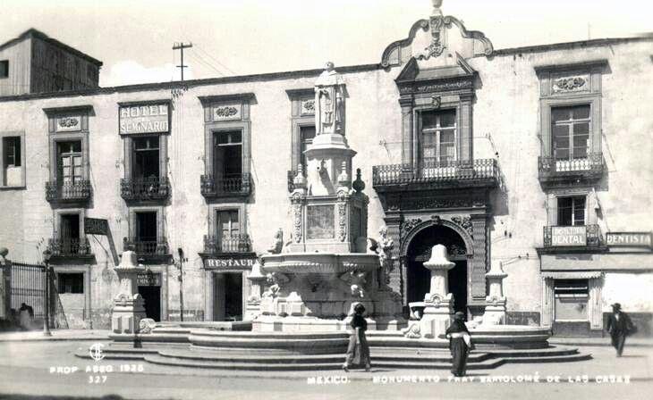 La fuente de Fray Bartolomé de las Casas, que estuvo en la antigua Plaza del Seminario, a un costado de la Catedral Metropolitana, alrededor de 1930. Esta obra fue realizada por Roberto Álvarez en 1924; al fondo se aprecia el edificio del antiguo Seminario Conciliar de México. Imagen de 1925