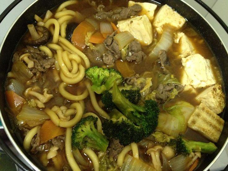 Molho:  - 1/2 copo de shoyu  - 1/2 copo de saquê  - 4 colheres de sopa de vinagre  - 300 ml de água  - 2 colheres de sopa de açúcar  - Um pouco de óleo (de gergelim fica melhor)  - Carne:  - 500 g de alcatra fatiada em bifes finos e cortada em tiras de 1 cm  - 1 gengibre ralado  - 1/2 cebola ralada  - 5 colheres de shoyu  - Legumes (estes podem ser a gosto de quem faz, pode ter tudo isto ou ainda mais):  - Acelga fatiada em tiras a gosto  - Cogumelo shitake ou champignon a gosto  - Pimentão…