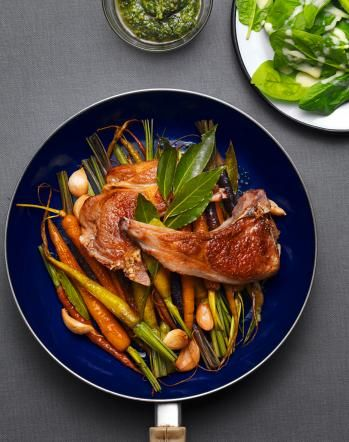 Rezept: Geschmorte Rüebli mit Lammkoteletts. Redaktion: Anna Pearson; Fotos: Daniel Valance