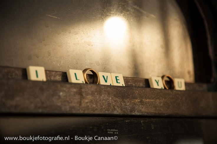 Trouwringen verwerkt in letters: I love you in scrabble